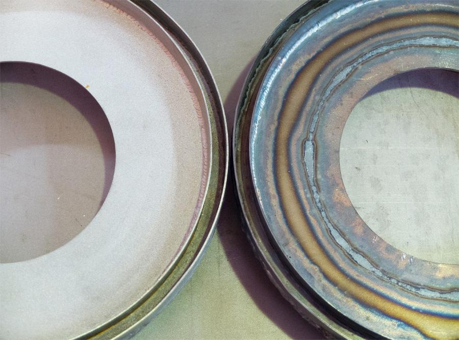 Деталь до и после гидроабразивной обработки поверхности (снятие цветов побежалости после сварки)